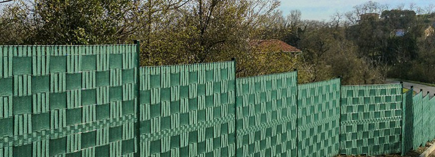 Knitted privacy screen bands for wire fencing