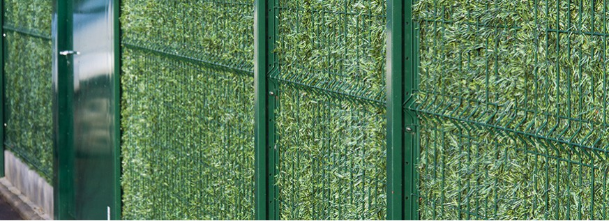 Artificial (synthetic) privacy hedge for wire fencing